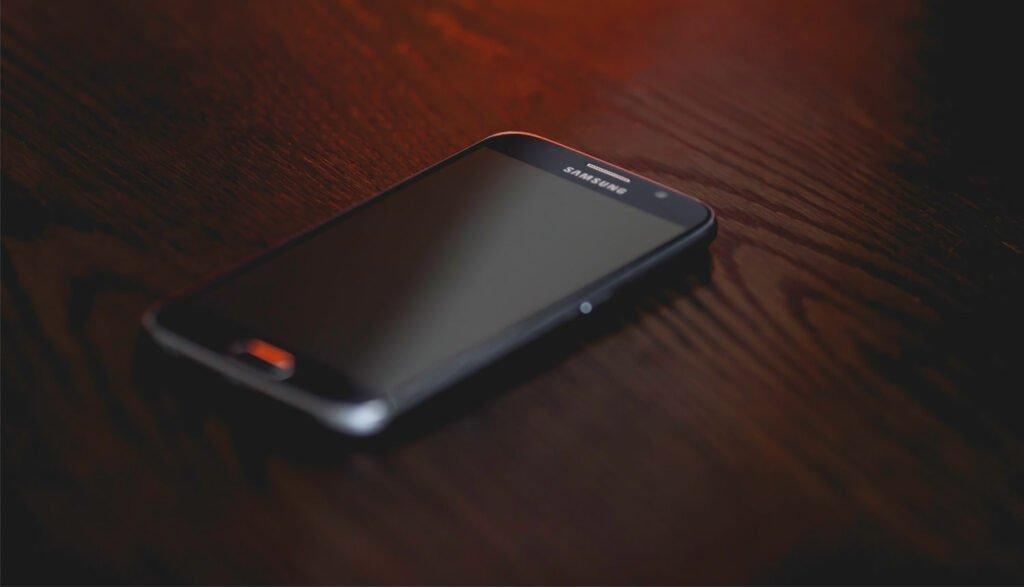 Android-mobil på mörkt bord