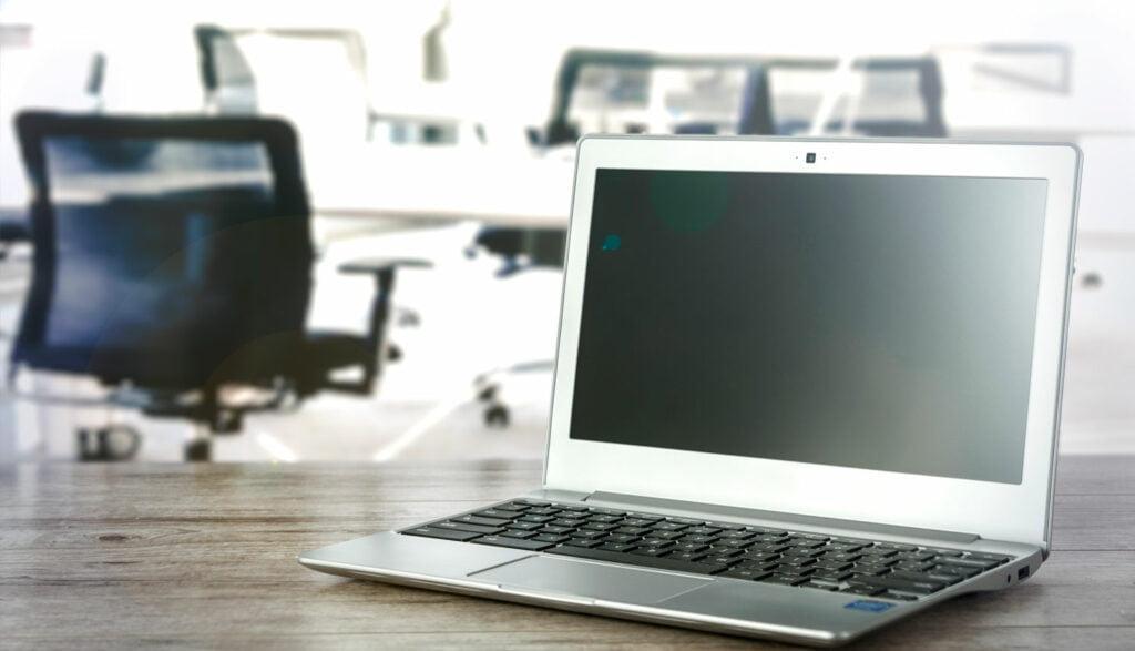 Bärbar dator i kontorslandskap
