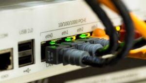 Nätverksswitch med kablar