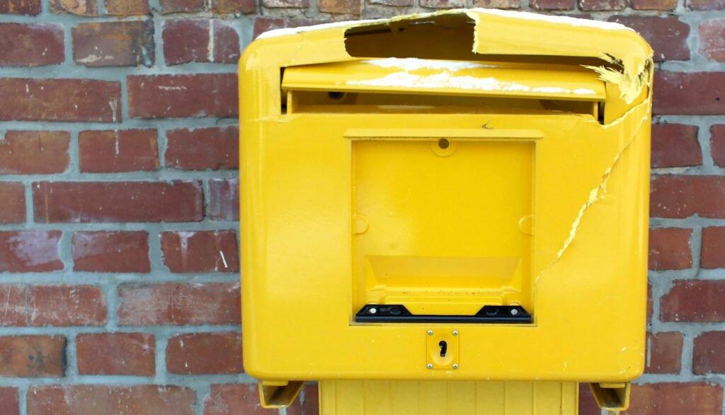 Trasig brevlåda