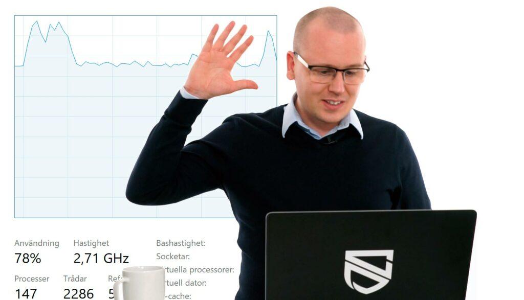 Karl Emil Nikka framför CPU-monitor