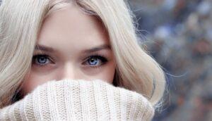 Tjej med blont hår och blå ögon