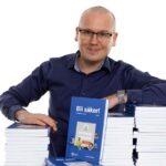 Karl Emil Nikka med några av riksdagens böcker.