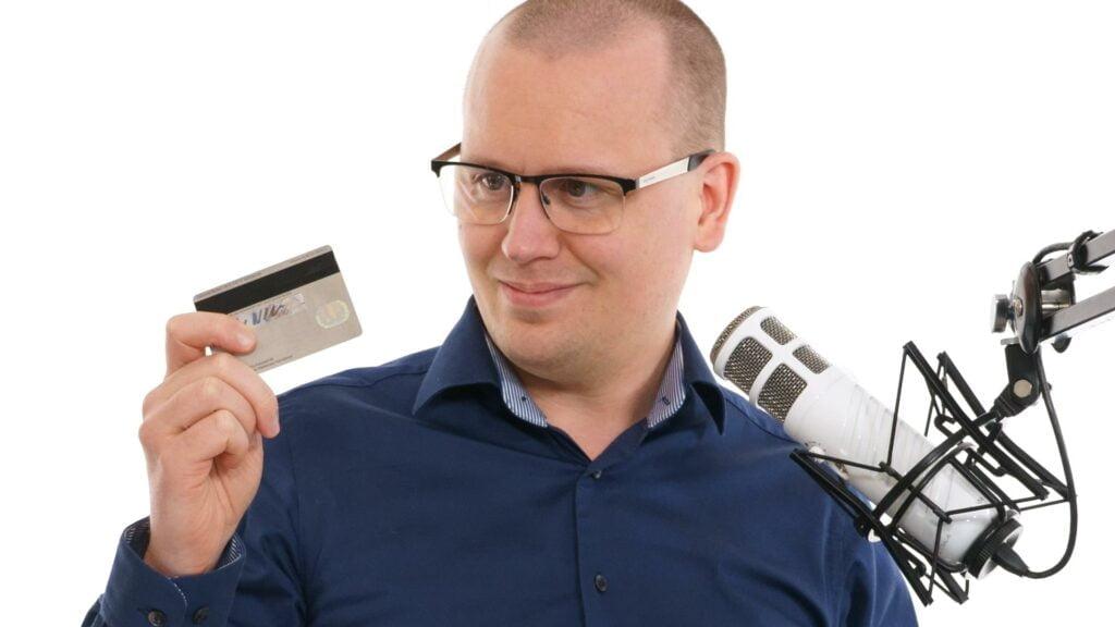 Karl Emil Nikka med kreditkort