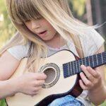 Barn med instrument