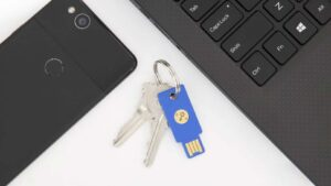 USB-nyckeln Yubikey bredvid dator