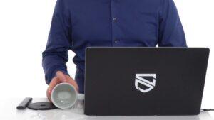 Karl Emil Nikka spiller vatten över Macbook Pro.