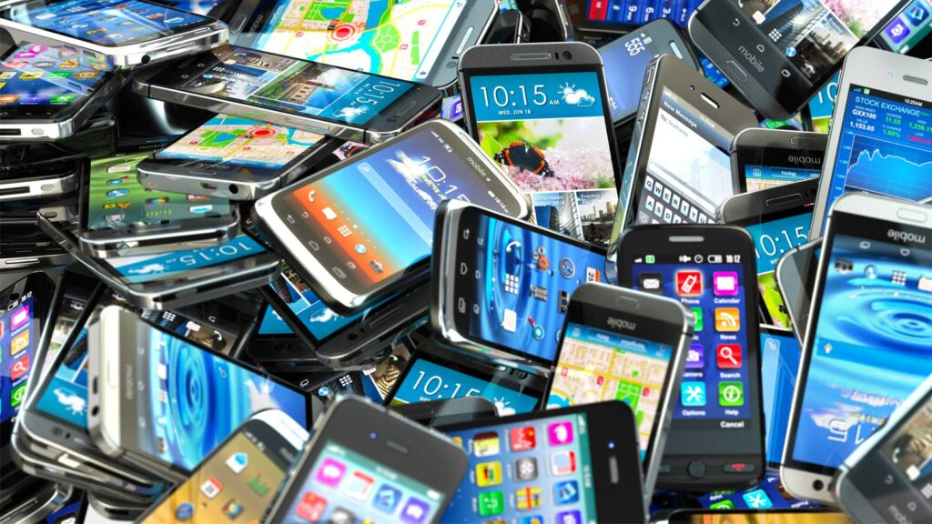 Gamla mobiler på hög