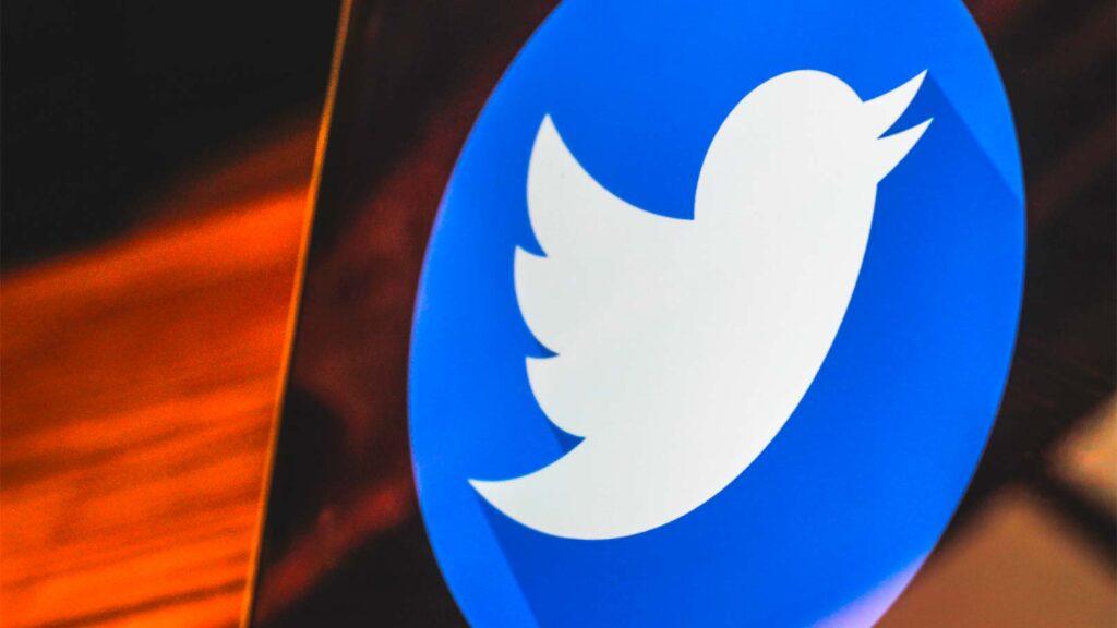 Twitter-logotypen på skärm