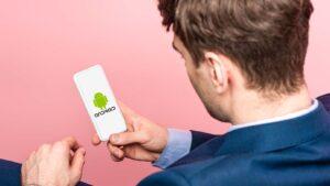 Affärsman med Android-mobil