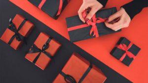 Paketinslagning av julklappar