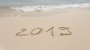 2019 skrivet i sanden på strand