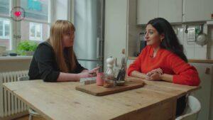 Parisa Amiri diskuterar avlyssning vid köksbord