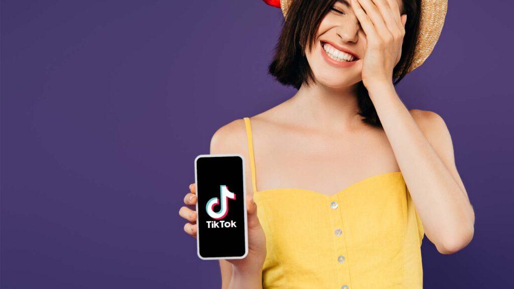 Tjej med Tiktok på mobilen