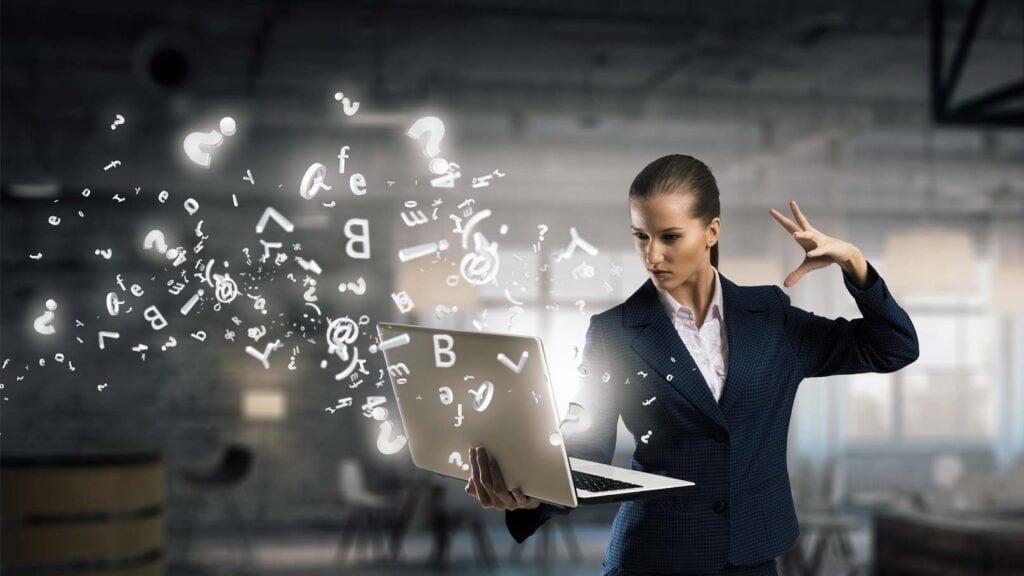 Kvinna med magisk dator