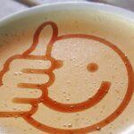 Symbol för tumme upp i kaffe