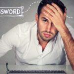 Man vid dator har glömt sitt lösenord.