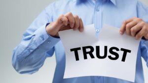"""Man river papper med texten """"trust""""."""