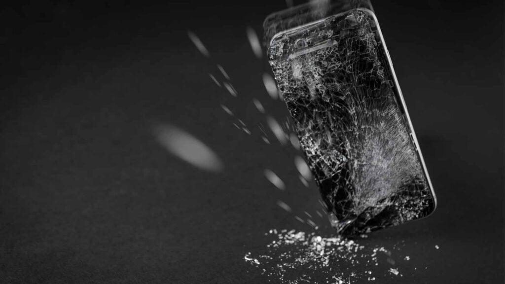 Mobiltelefon åker i golvet.