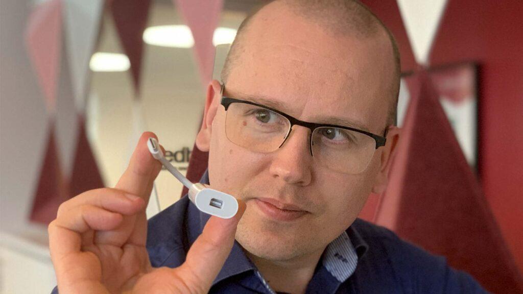 Karl Emil Nikka med Thunderbolt-adapter