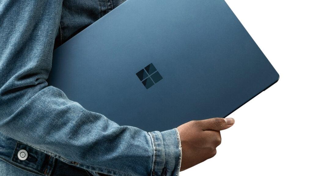 Tjej bär Windows 10-dator