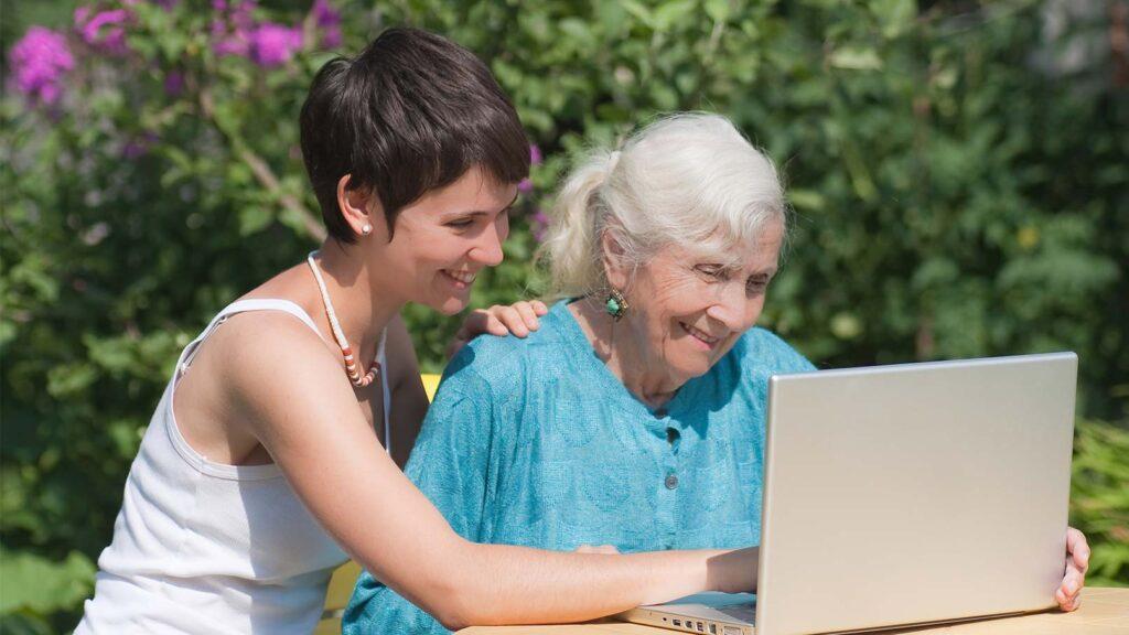 Barnbarn hjälper mormor med datorproblem.