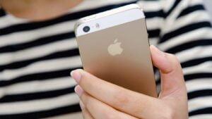 Flicka med Iphone 5s