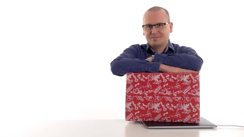 Karl Emil Nikka med julklapp ovanpå dator
