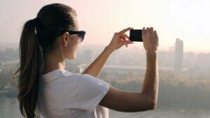 Kvinna fotograferar med kameramobil