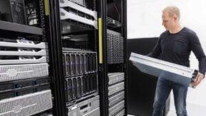 Tekniker byter ut server.
