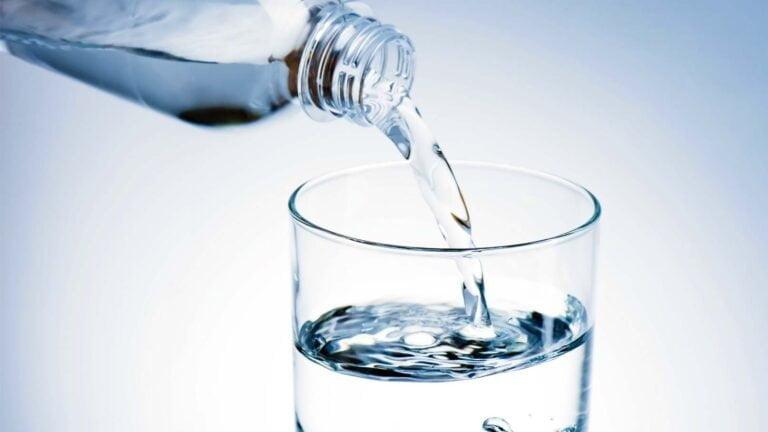 Vatten hälls i dricksglas.