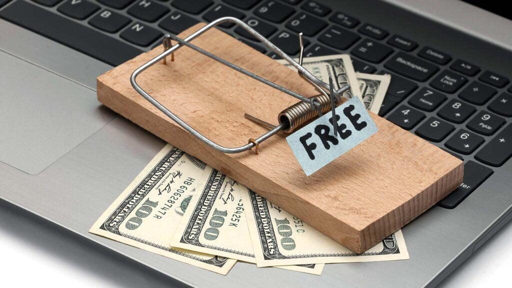 """Musfälla med texten """"Free"""" ovanpå bärbar dator"""