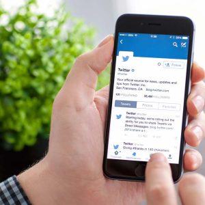 Twitter på mobiltelefon vid frukostbordet.