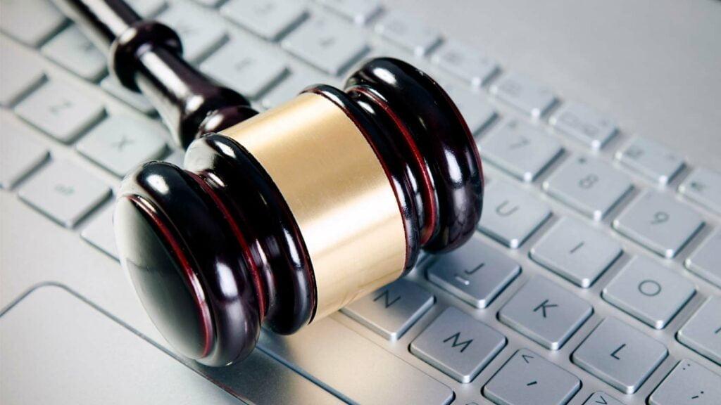 Dommarklubba ligger på ett tangentbord.