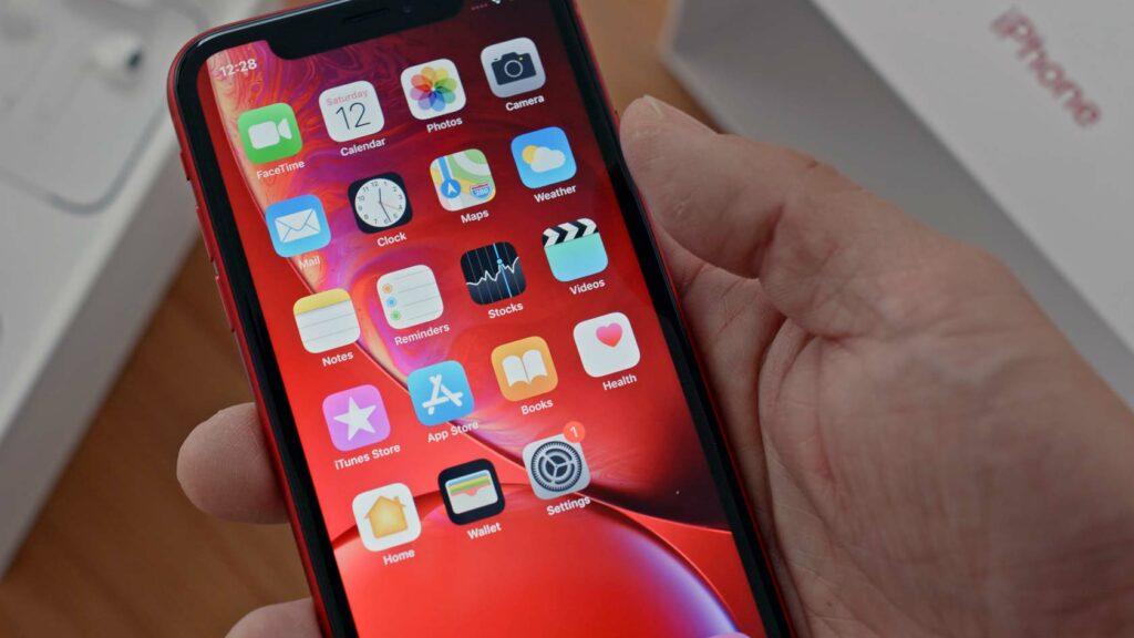 Person packar upp en Iphone XR