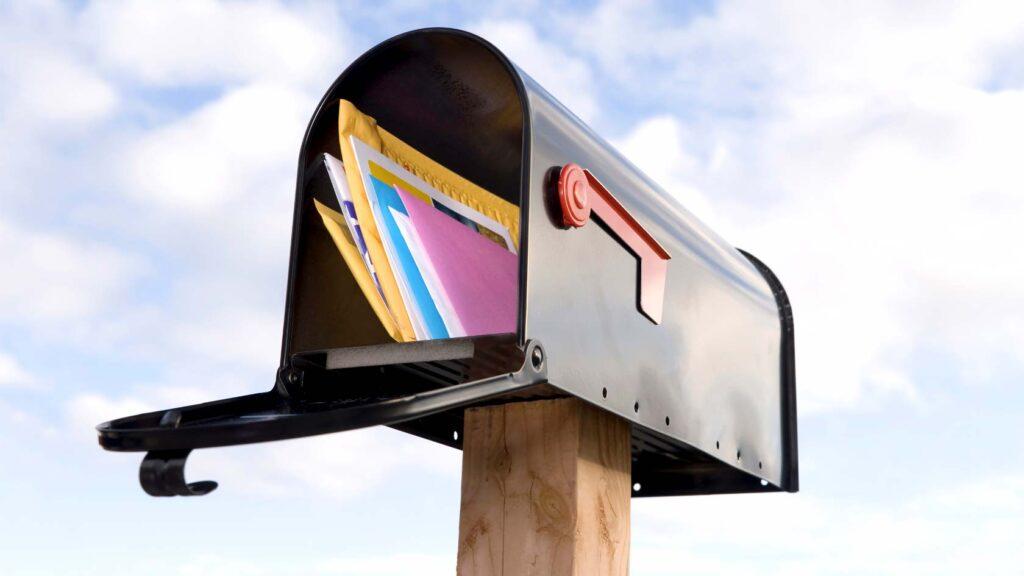 Brevlåda med brev i.