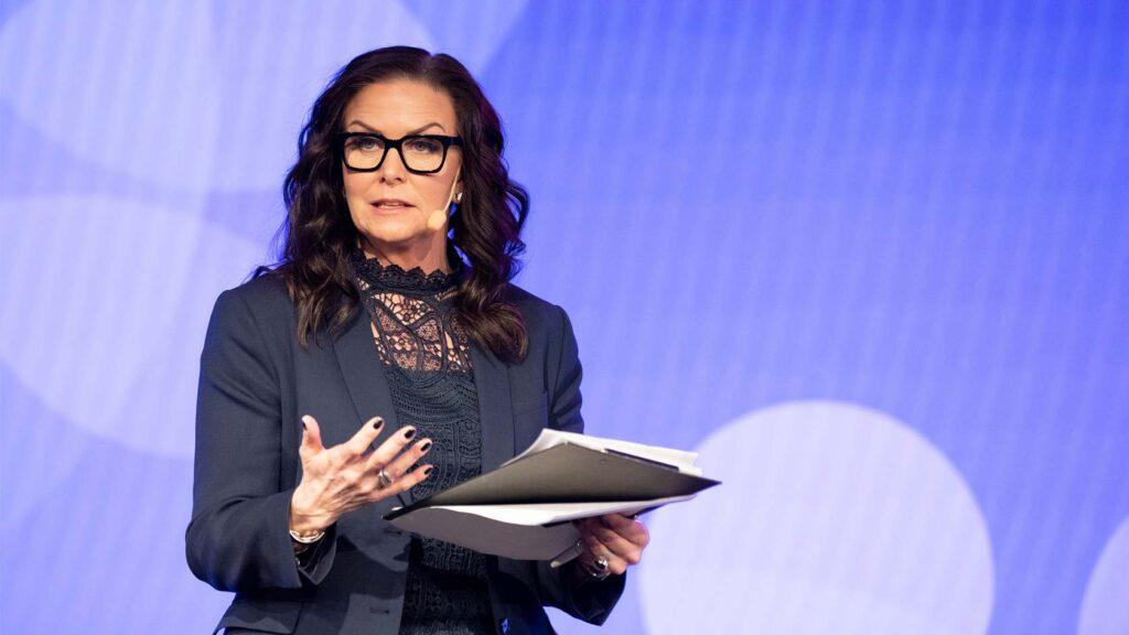 Moderator Titti Schultz på scen.